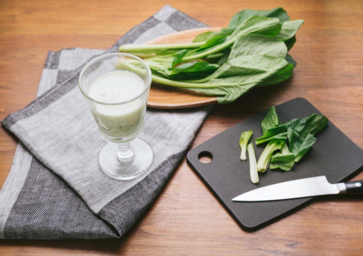 「小松菜で作ったヘルシーなスムージー」の写真
