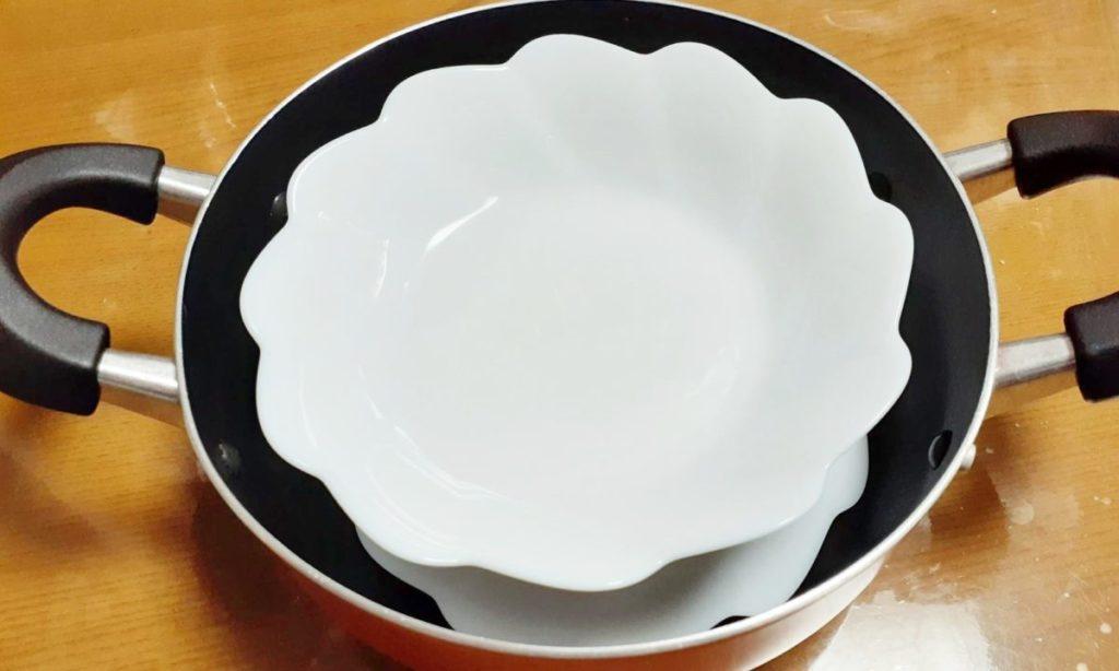 フライパンでも鍋でも、深型のものを用意してください。