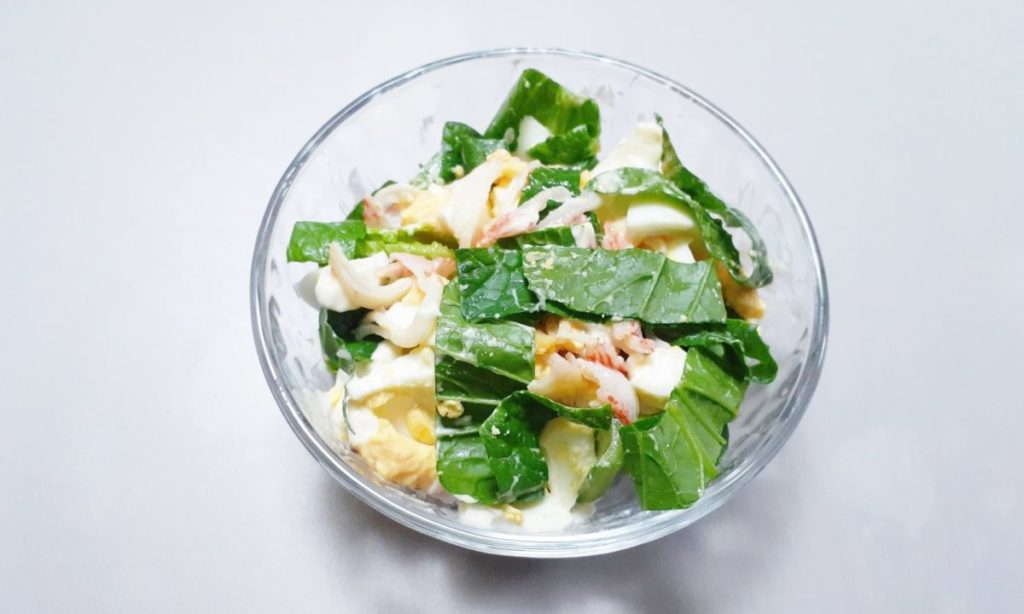 小松菜、かに風味かまぼこ、卵のサラダ