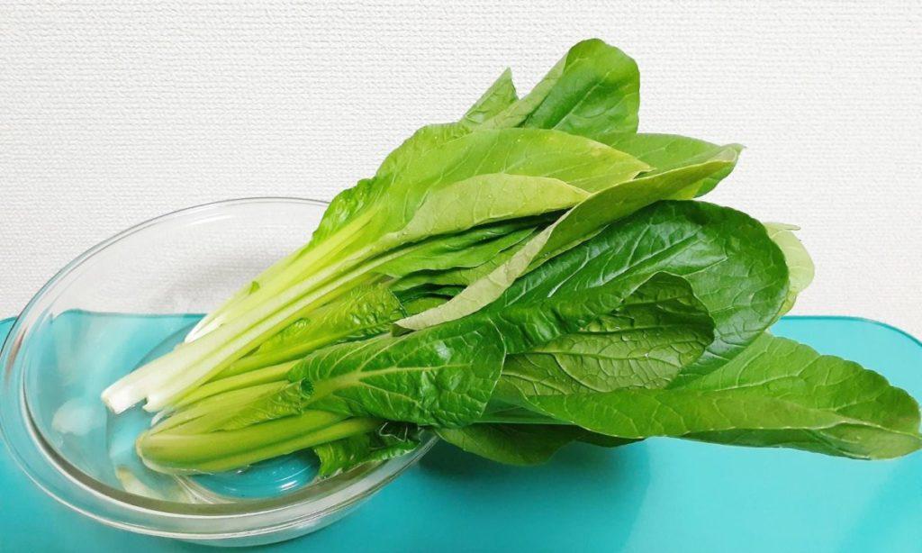 葉の表面には農薬が残っている場合もあるので、水でしっかり洗いましょう。