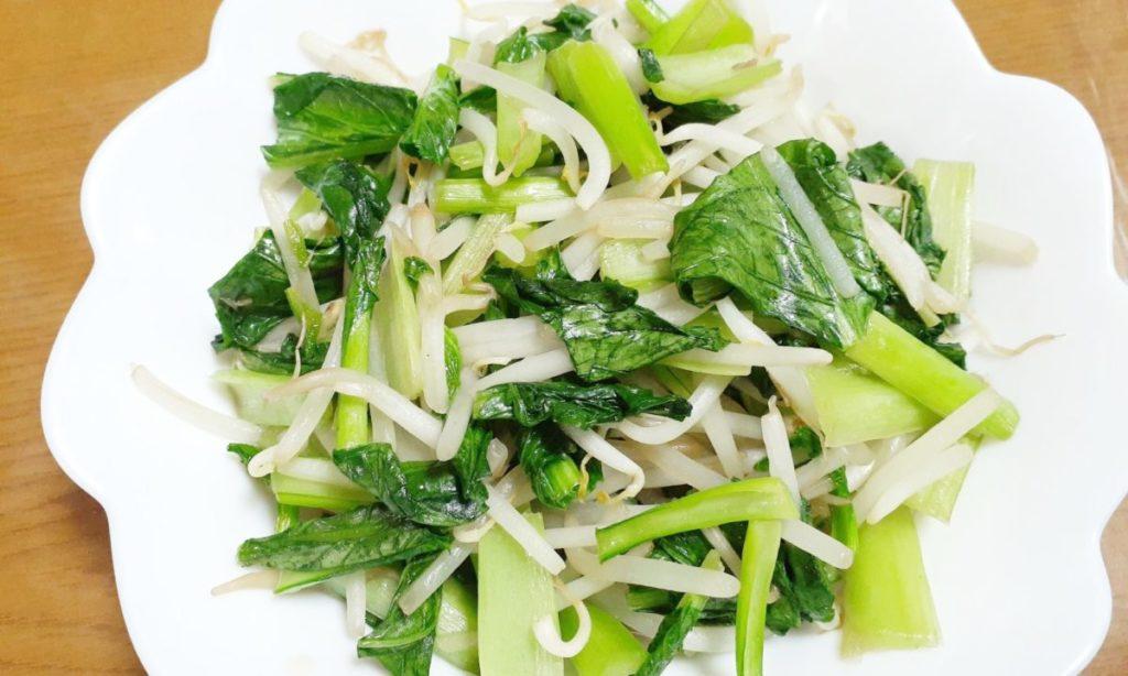小松菜ともやしを一緒に油でさっと炒め、めんつゆで味付けしています。
