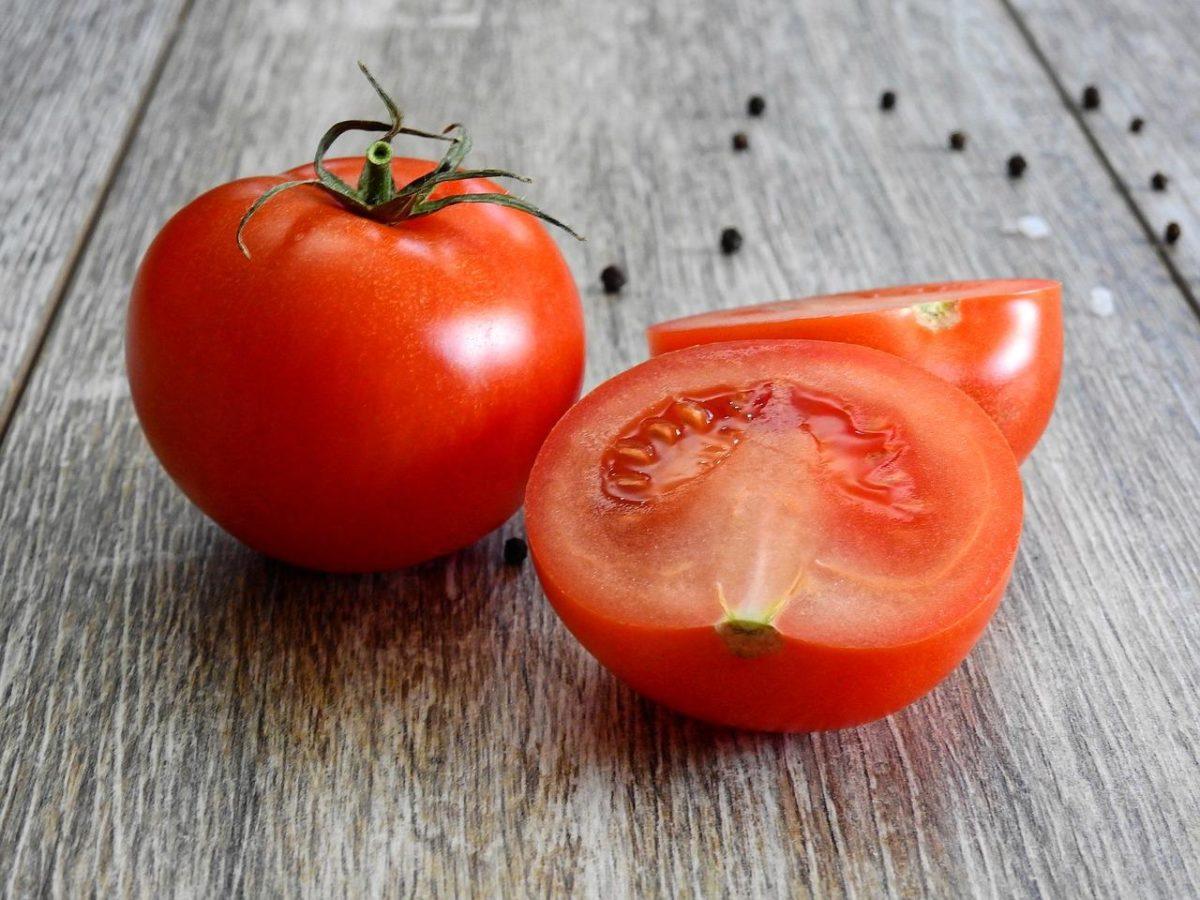 トマトにできた黒い点の正体|食べられる?腐ってる?見分け方を紹介