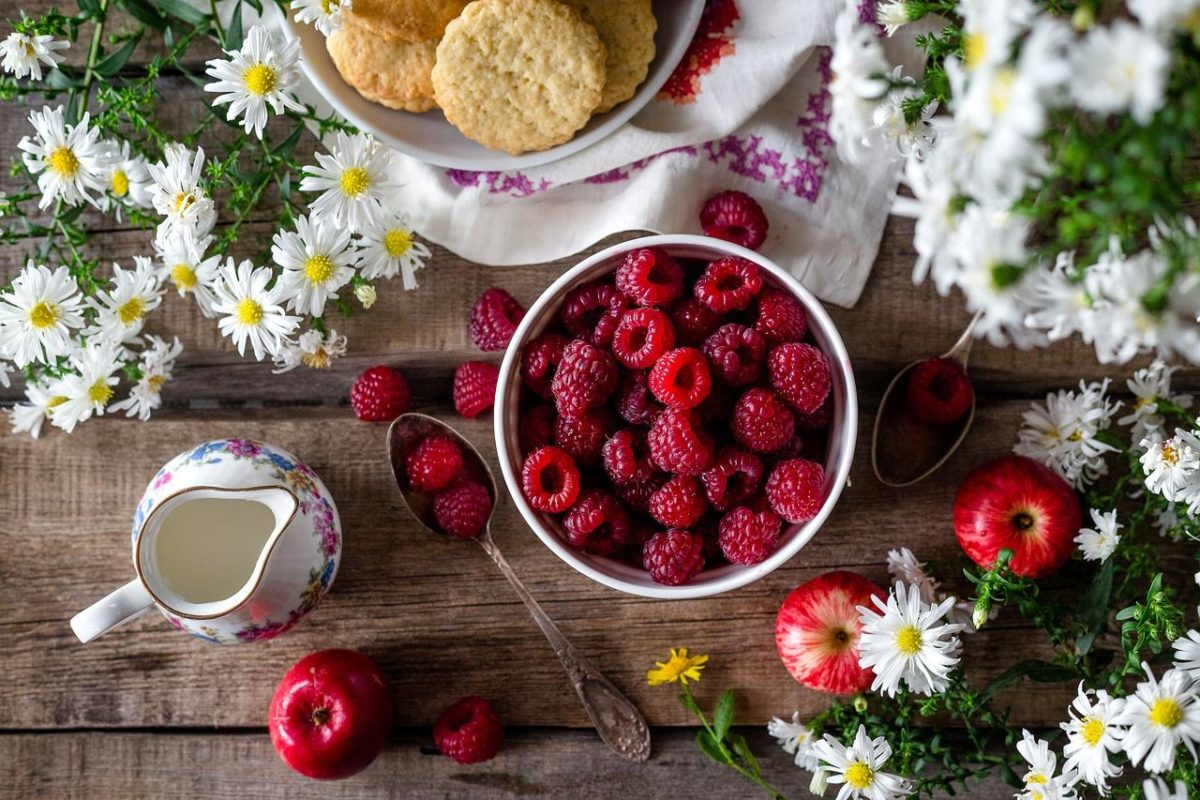 ラズベリーの食べ方を紹介!生でそのまま食べるには?種の処理や食べごろも解説